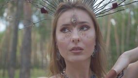Портрет привлекательной феи дриады или леса с венком ветвей на главных танцах под деревьями _ акции видеоматериалы