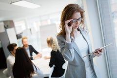Портрет привлекательных деловых партнеров используя планшет стоковая фотография