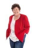 Портрет: Привлекательная более старая счастливая женщина в красном цвете стоковое изображение