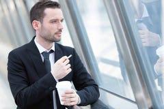 Портрет привлекательного бизнесмена имея пролом Стоковые Изображения