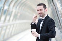Портрет привлекательного бизнесмена имея пролом Стоковые Фото