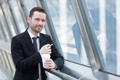 Портрет привлекательного бизнесмена имея пролом Стоковое фото RF
