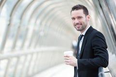 Портрет привлекательного бизнесмена имея пролом Стоковая Фотография