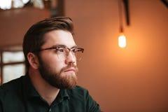 Портрет привлекательного бородатого молодого человека Стоковые Изображения