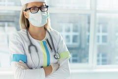 Портрет привлекательного женского доктора на больнице Стоковые Изображения RF