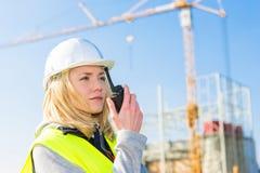 Портрет привлекательного работника женщины на строительной площадке Стоковая Фотография