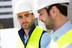 Портрет привлекательного работника на строительной площадке Стоковое Изображение RF