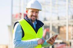 Портрет привлекательного работника на строительной площадке Стоковое Изображение