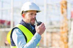 Портрет привлекательного работника на строительной площадке Стоковое фото RF