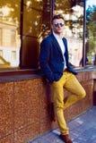 Портрет привлекательного человека стоя около магазина Фото улицы Стоковое Изображение
