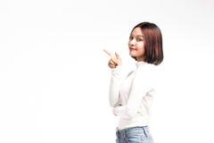 Портрет привлекательной азиатской женщины указывая на copyspace Стоковое фото RF