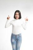Портрет привлекательной азиатской женщины указывая на copyspace Стоковые Фото