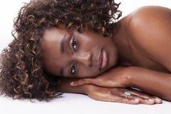 Портрет привлекательной Афро-американской женщины возлежа Стоковое фото RF