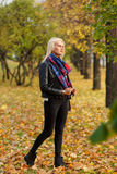 Портрет привлекательной белокурой девушки идя в парк осени Стоковые Изображения