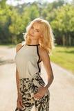 Портрет привлекательной блондинкы в парке лета Стоковая Фотография