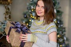Портрет привлекательной девушки в пуловере держа подарочную коробку Стоковые Фотографии RF
