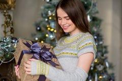 Портрет привлекательной девушки в пуловере держа подарочную коробку Стоковые Изображения RF