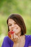 Портрет привлекательной девушки есть яблоко Стоковые Изображения RF