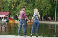Портрет привлекательной девушки обнимая ее парня Стоковые Фото