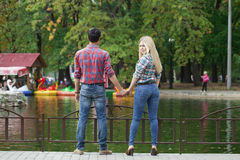 Портрет привлекательной девушки обнимая ее парня Стоковые Изображения