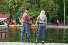 Портрет привлекательной девушки обнимая ее парня Стоковое Изображение