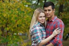 Портрет привлекательной девушки обнимая ее парня Стоковое фото RF