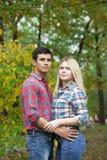 Портрет привлекательной девушки обнимая ее парня Стоковая Фотография RF