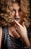 Привлекательная девушка с красивейшими стилем причёсок и ногтями Minx Стоковые Изображения RF