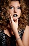 Привлекательная девушка с красивейшими стилем причёсок и ногтями Minx Стоковое Изображение RF