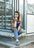 Портрет привлекательной девушки outdoors Стоковые Фото