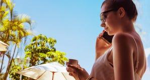 Портрет привлекательной женщины выпивая кофе Стоковое фото RF