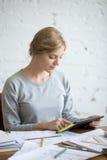 Портрет привлекательной женщины работая с таблеткой Стоковая Фотография RF