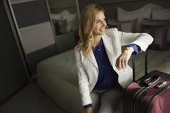 Портрет привлекательной коммерсантки сидя на кровати Стоковое Изображение