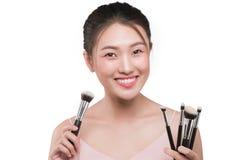 Портрет привлекательной молодой азиатской женщины держа brushs состава Стоковое Изображение RF