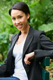 Портрет привлекательной молодой женщины в парке Стоковое Изображение