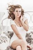Портрет привлекательной сексуальной девушки с красивым стилем причёсок Стоковые Изображения