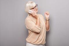 Портрет привлекательной старшей женщины с мобильным телефоном Стоковое Изображение RF