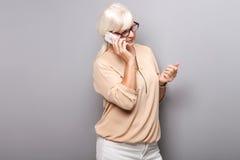 Портрет привлекательной старшей женщины с мобильным телефоном Стоковая Фотография