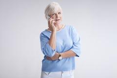 Портрет привлекательной старшей женщины с мобильным телефоном Стоковые Изображения