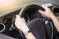 Портрет привлекательной усмехаясь женщины управляя автомобилем Стоковые Фотографии RF