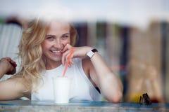 Портрет привлекательной flirting белокурой девушки в кафе Стоковые Изображения RF