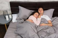 Портрет привлекательных молодых пар обнимая один другого пока sle Стоковая Фотография RF