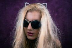 Портрет причудливой белокурой девушки в солнечных очках Стоковое Изображение