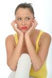 Портрет пробуренного Fed вверх по молодой женщине смотря несчастный стоковые фотографии rf