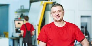 Портрет промышленного работника на мастерской инструмента Стоковая Фотография RF