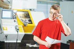 Портрет промышленного работника на мастерской инструмента Стоковое Изображение RF