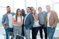 Портрет профессиональной команды дела стоя в современном офисе стоковая фотография rf