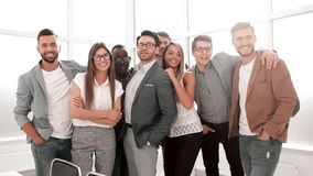 Портрет профессиональной команды дела стоя в современном офисе стоковые фото
