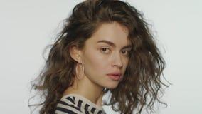 Портрет профиля женщины моргает на белом Женская модель с идеальной кожей акции видеоматериалы