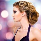 Портрет профиля женщины с стилем причёсок моды Стоковые Фото